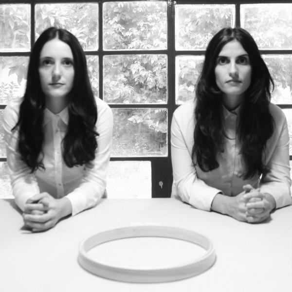 Luz Arpajou y Maria Laura Leiva - Abre Indumento