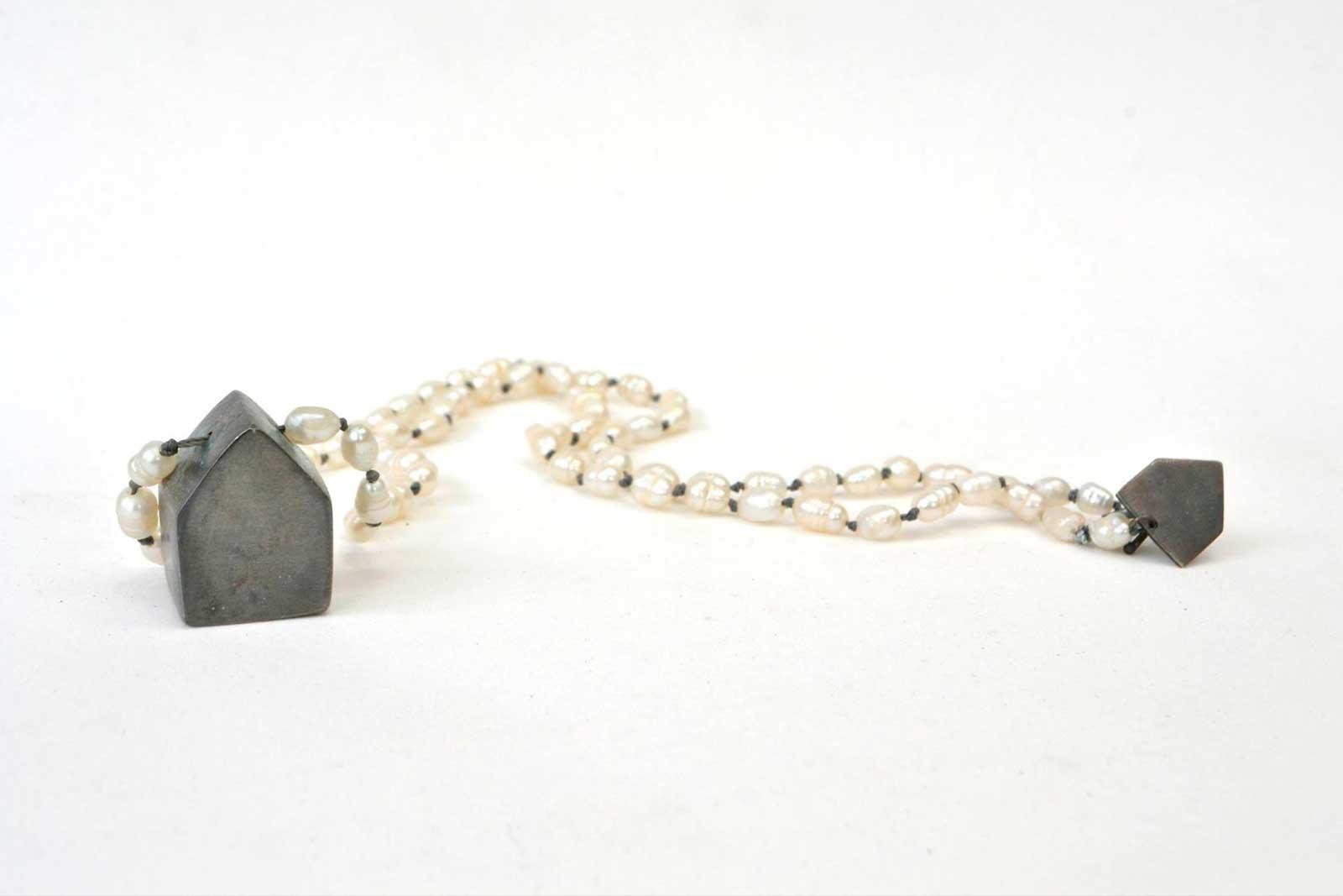 bruselas-joyeria-contemporanea-tienda-collar-casa-plata-oxidada-perlas-rio-hilo-gris