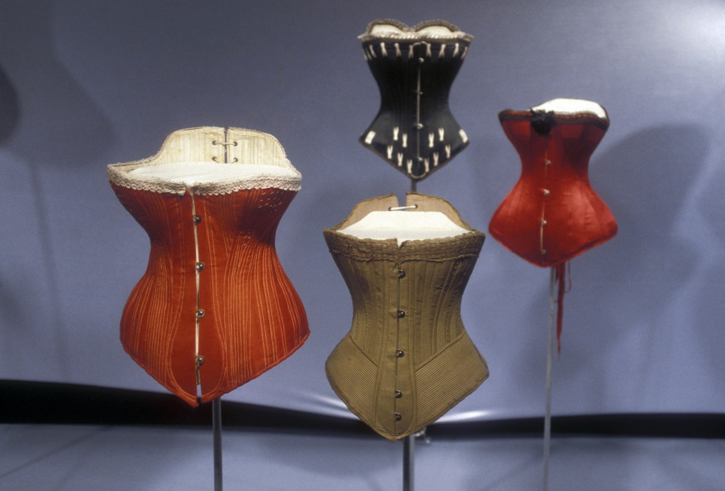 "Fotografía de la exhibición ""The Corset: Fashioning the Body"". Enero-abril de 2000. © Museo del FIT, Nueva York."